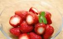 一碗去蒂的草莓
