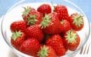 一碗熟透的草莓