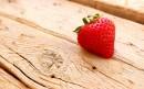 一颗草莓在木板上