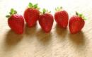 五颗草莓排排坐
