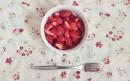 准备享用草莓果肉