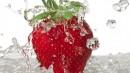 清洗一颗大草莓