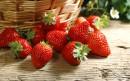 篮子外一堆草莓