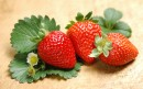 三颗草莓两朵花