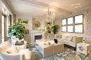 客厅沙发茶几与空白画框