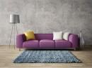斑驳墙面与沙发枕头