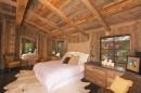 木屋里的卧室双人床