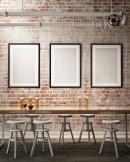 桌椅与墙上的空白画框