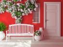 红墙外的长椅与鲜花