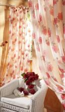 花饰窗帘与圈椅玫瑰花
