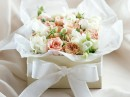 一盒淡颜色的花