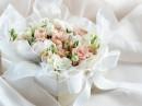 一盒白色缎带包着的鲜花