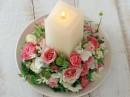 一碟玫瑰花和蜡烛