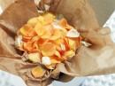 纸袋里一堆花瓣