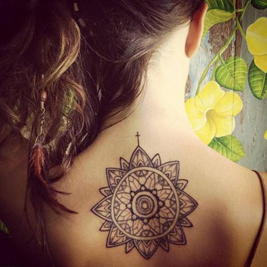 女士背部纹身