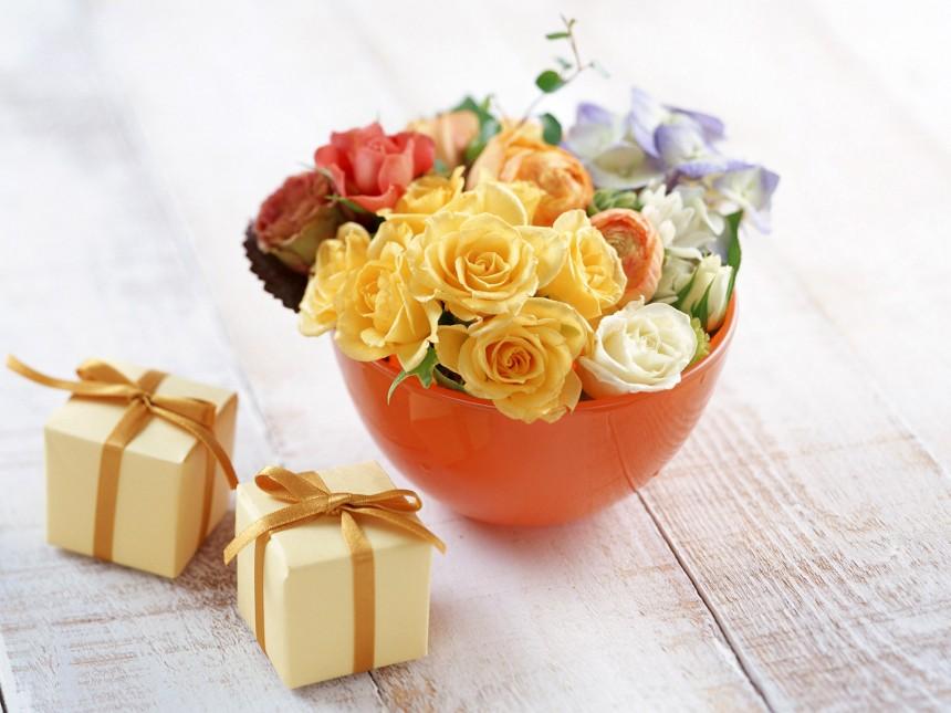 一碗鲜花和两个黄色小盒子